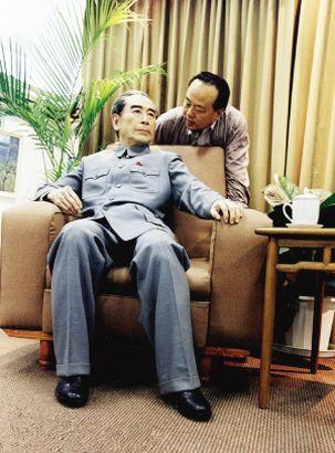 高振普与周总理蜡像合影。