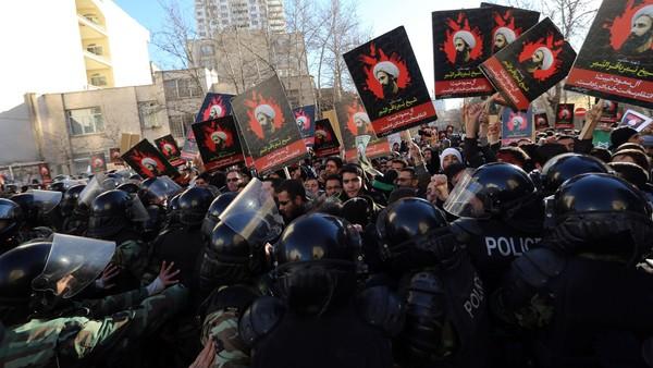 1月初,伊朗什叶派示威者在沙特驻伊朗德黑兰大使馆前发生暴乱 来源:《金融时报》
