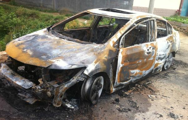 遭废弃的轿车。