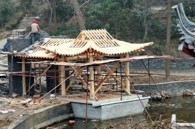 上部为木结构飞檐翘角