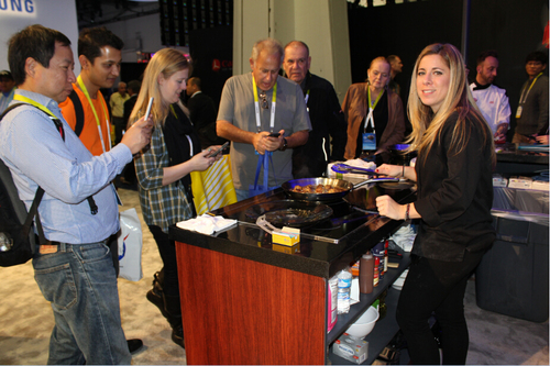 """据了解,CES展是世界上最大、影响最为广泛的消费类电子技术年展,也是世界电子产品的风向标,每年的展会上都会吸引众多知名品牌参展和众多名人参观。今年也不例外,海尔厨电展出的""""小公寓大厨房""""解决方案,吸引到了美国冠军名厨达纳·科恩专门前来体验。"""