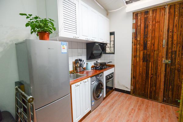 厨房里锅碗瓢盆齐全,厨具整洁,还摆放了洗衣机和烤箱,非常适合diy.