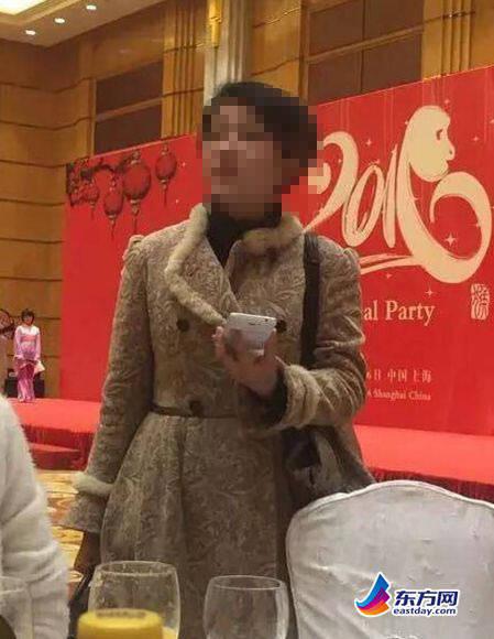"""网友爆料""""鸡爪女""""参加公司年会"""