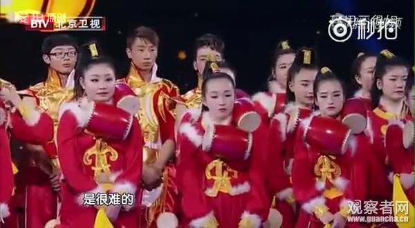 陈道明提及已经看过的天津歌舞团的鼓扮演,一条很长的绳索,绳头栓着坠儿,从很远的间隔击打鼓面,难度极高。