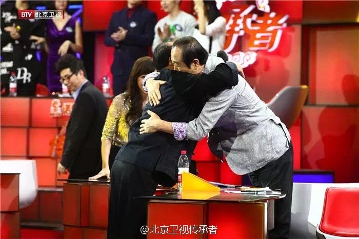 王纪言(与)花鼓队教师拥抱