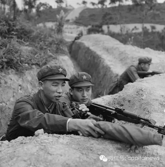 中越边境自卫反击战,战斗英雄李作成(左)。1979年 叶用才摄