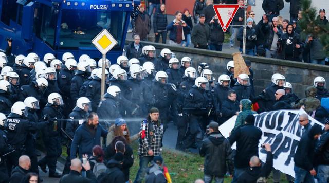 警方以水炮驱逐抗议者。(图/路透社)