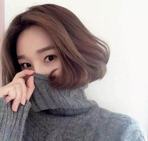 相对于普通的假小子短发,内扣的蓬松短发更受到韩国mm的追捧,不会图片