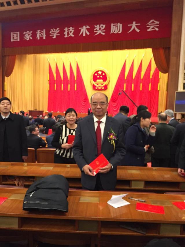 科技/相里斌在人民大会堂颁奖现场的照片在微信被人爆出。...