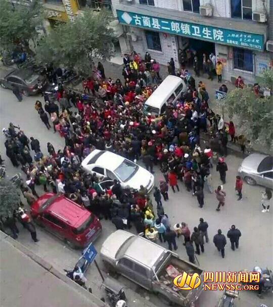 大众在病院外围观