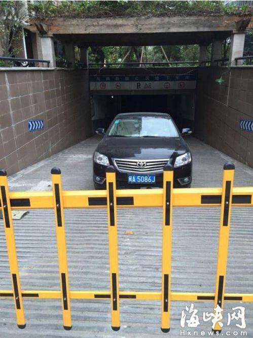 该车停在入口处,影响其他业主车辆进地下车库