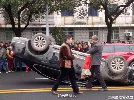 南昌部分出租车司机歇业并掀翻专车? 警方介入