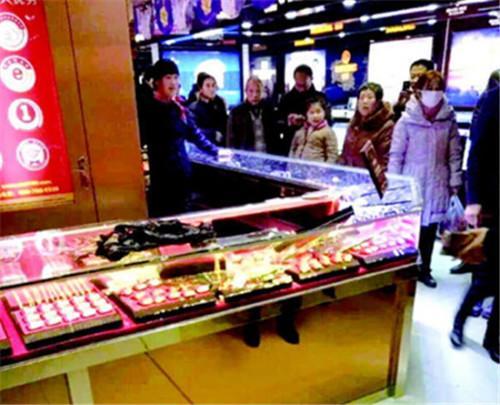 记者从武城警方获悉,2016年1月8日晚19时20分许,一男子在武城县某超市首饰柜台,趁售货员不备,用锤子砸碎柜台玻璃,抢走首饰一宗,价值10万余元。