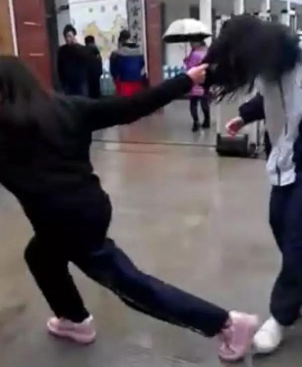 穿黑色外套注册新宝3女生用掌掴、脚踹、揪头发等手段,殴打一名穿校服注册新宝3女生。