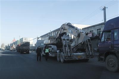 昨日,102国道三河市段甲岭镇路段停着四五辆重型机械。新京报记者 彭子洋 摄