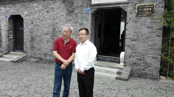 太平洋建设集团创始人严介和(左)、戴荣军(右)合影。 受访者供图