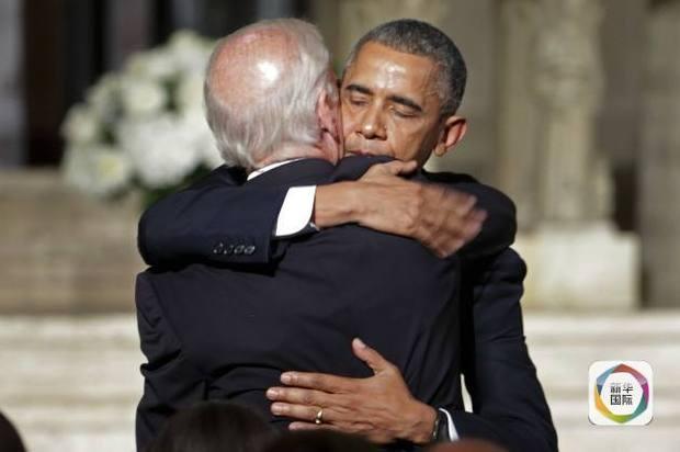 奥巴马在博・拜登的葬礼上与拜登拥抱。