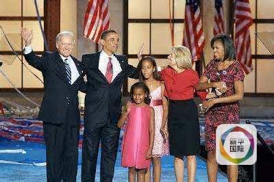 拜登夫妇与奥巴马全家2008年在竞选活动上。