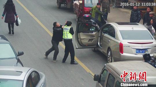 """司机殴打交警叫嚣""""老子就是有钱"""" 宜交宣 摄"""