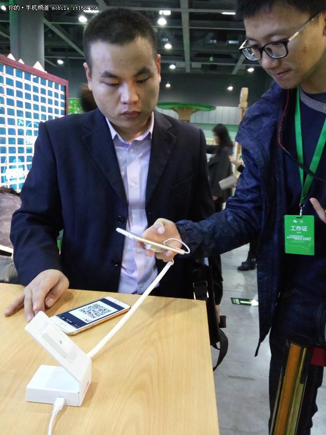 而作为全球首个在安卓平台上支持微信指纹认证官方安全标准的智能手机,vivo刚刚在年底发布的vivo