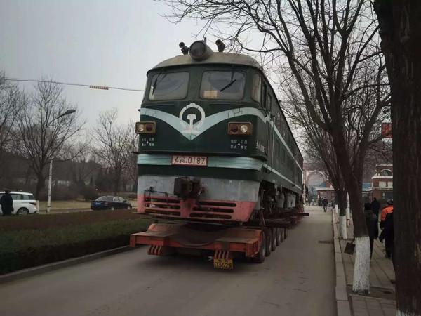 院校 汽车拉着火车跑 山东职业学院又开进一辆大火车
