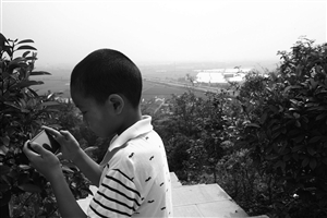 玩手机成为小朋友的重要娱乐方式