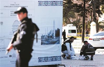 警察清理爆炸现场 供图/IC