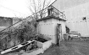 楼梯侧下方就是小雨坠落的井口,消防水池在地面下 现代快报记者 施向辉 摄