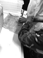 1月8日上午6时许,铜川市南市区长虹南路袁家村,四位民警包围住一只成年藏獒,7声枪响后,藏獒重重倒在了地上。当天早上,这只藏獒在闹市区接连咬伤12位市民,其中一名13岁女孩伤情较重。目前,警方正全力寻找藏獒的主人。