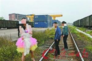 新人站在铁轨上拍婚纱照逼停火车 被治安处罚