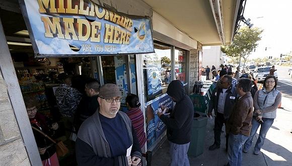 当地时间1月12日,美国加州洛杉矶民众在一家便利店前排队购买强力球彩票。来源:视觉中国
