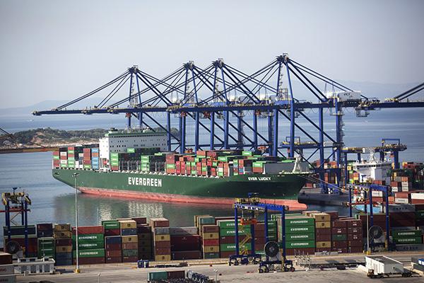 希腊比雷埃夫斯港,比雷埃夫斯集装箱码头。 视觉中国 资料图