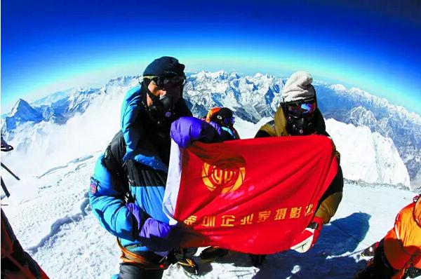 2010年5月22日,万科王石(左)、华大基因汪建(右),将企业家摄影协会会旗带上珠峰,为人类史上第一次将摄影主题元素带上世界之巅