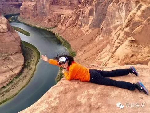 """提到摄影,不禁会想到她那些跳跃的""""招牌照片""""。我们也很好奇,为什么她每到一个地方都会拍一张跳得很高的照片?"""