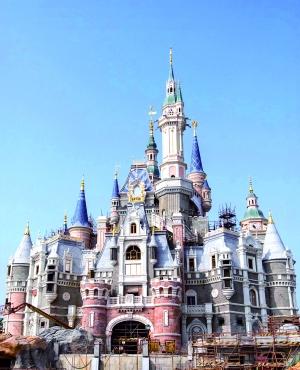 这是建设中的上海迪士尼标志性建筑――奇幻童话城堡。 新华社发