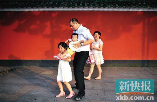 佛山祖庙左近的贸易街上,一家四口正享用着幸运光阴。大夫倡议,二宝出身,爸爸妈妈要有本领地应答大宝的心情。