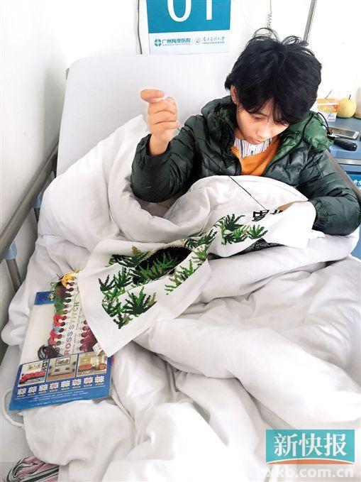 秋芳在病床上刺绣,希望靠双手为自己挣一点治疗费。