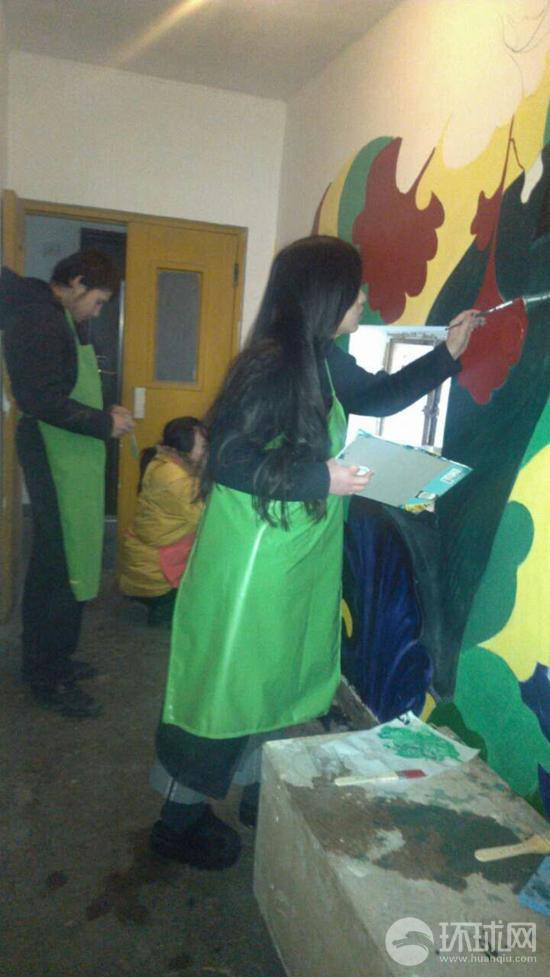1月13日,中央美术学院学生为北京市朝阳区望京街道花家地北里社区的居民楼外墙公益创作的壁画取得了阶段性成果。参加创作的来自英国的留学生志愿者汤米说英国人的设计进了中国社区,感觉很棒!
