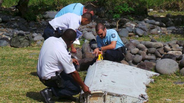 迄今最大的搜寻进展是发现了MH370的一块残骸。去年7月份,在印度洋法属留尼汪岛附近发现了一个2米长的飞机残骸,后经确认是波音777飞机襟副翼,与MH370的型号相同。