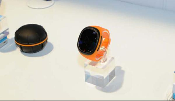 图为:中兴伊兜CES展出的安全橙儿童腕表