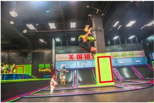 当然,蹦床运动也不仅仅是小朋友的专利,在深圳酷跳蹦床主题公园,很多图片