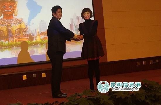 图为昆明东珠地产总经理尹乔红与全球蓝海房屋地产集团总经理刘威廷