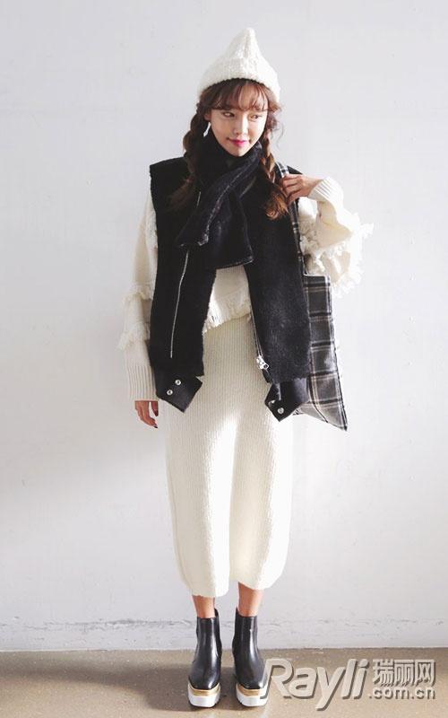 白色流苏针织衫搭配针织帽,黑色围巾,黑色马甲和一字半身裙
