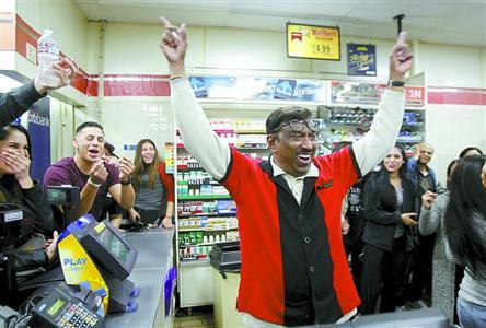 """1月13日,在美国加州洛杉矶东郊奇诺岗的一家""""7-11""""便利店,店员与顾客在头奖彩票被确认出售于此后庆祝。"""