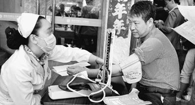 2015年9月,在贵阳一家病院,医务职员正在为高危工作农夫工供给免费体检。