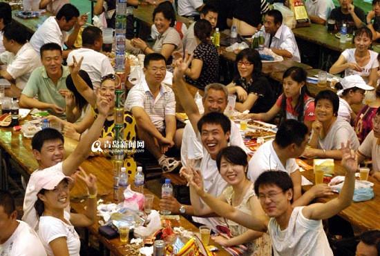 """青岛美色诱惑 网1月15日讯 爱饮酒的青岛人,此次终究找到了数值撑持。日前,某代驾公布了《2015年天下代驾数值陈述》,此中说到,青岛用户人均运用代驾次数超70次,高居天下第一。固然不克不及据此说青岛人独爱饮酒,但也从正面反应了青岛人的好酒,一起,反馈了青岛人""""饮酒不开车"""",守端正。别的,饮酒的女男人也很多,代驾女用户青岛排天下第二。"""