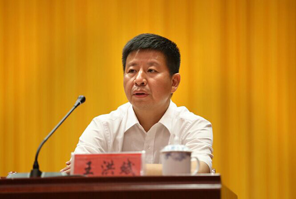 公开简历显示,王洪斌,男,汉族,1967年1月生,大学文化,湖南省华容县人,1987年7月参加工作,1986年6月加入中国共产党。