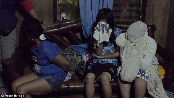 东南亚幼女性交_网上直播雏妓卖淫 盘点博眼球奇葩直播事件(组图)