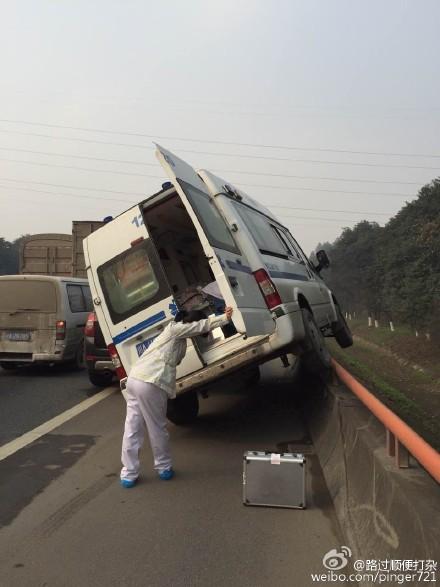 成都绕城高速一私家车抢应急车道 救护车被逼上护栏