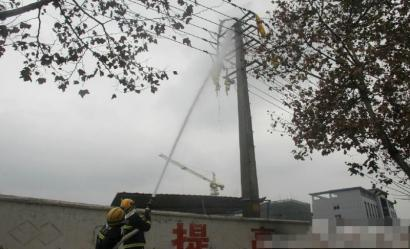 德阳无人飞艇撞高压线变成事变,消防职员紧迫营救。